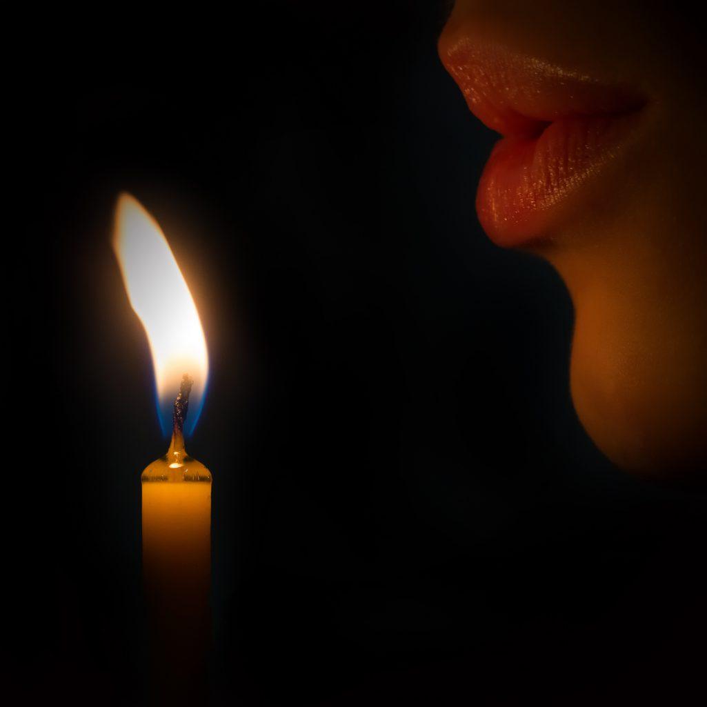 Souffler et faire un vœu à l'adresse des dieux